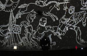 新型投影機「メガスターIIB」が映し出す映像=東大和市立郷土博物館で/ 東京新聞TOKYO Web