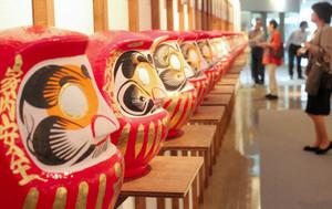 伝統だるまは、店ごとに顔やひげの特徴がある=高崎市で / 東京新聞