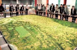 古代国府の街並みを再現した日本最大級の模型(9月30日の内覧会)=府中市郷土の森博物館で / 東京新聞