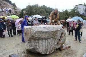 江戸時代の人力での石割りに挑戦する地元の石工たち=香川県小豆島町福田 / SHIKOKU NEWS