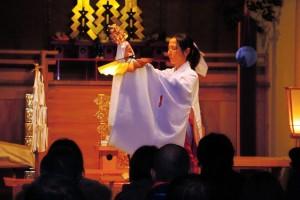 日夜厄払いの祈祷が続き、巫女が神楽を舞った=加古川市八幡町野村 / 神戸新聞NEXT