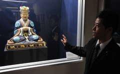 彩色復元された湯島聖堂本尊孔子像=つくば市天王台の筑波大学付属図書館 / 茨城新聞