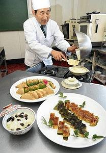 豆腐と卵を使った「ふわふわ豆腐」をつくる橋本さん。料理は手前右から時計回りに「かば焼きいも」「ほたるめし」「天ぷら大根」=西尾市で / 中日新聞