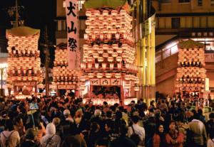 ちょうちんに明かりがともされ勢ぞろいした車山=4日夜、愛知県犬山市で(嶋邦夫撮影) / 中日新聞