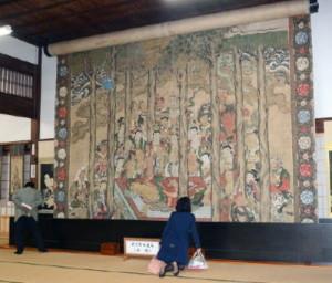 大涅槃図の一般公開。釈迦が横たわる中心部分を公開している=佐賀市本庄町の高伝寺 / 佐賀新聞