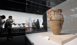 人体文付深鉢(右)など貴重な出土品が公開される「発掘された日本列島2015」展=墨田区の江戸東京博物館で / 東京新聞