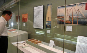 狼煙の訓練の様子を描いた浮世絵や技術書の展示も=墨田区で / 東京新聞