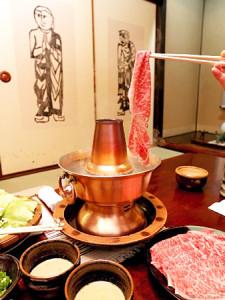 「刷羊肉」から着想を得て生まれた牛肉の水炊き(しゃぶしゃぶ)。鍋やごまだれ作りには、民芸運動に携わった人たちも協力した(京都市東山区・十二段家) / 京都新聞
