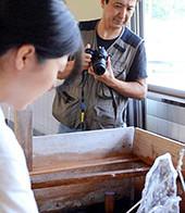 美濃和紙、伊へ魅力発信 秋山さんが書籍出版へ〝密着取材〟