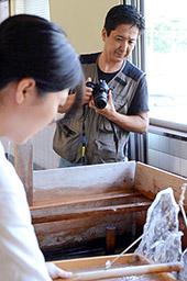 手すき和紙職人の仕事などを取材している秋山信茂さん=美濃市蕨生、和紙の里わくわくファーム / 岐阜新聞