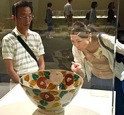 魯山人の代表作の一つ「椿鉢」に見入る来場者=26日、安来市の足立美術館 / 日本海新聞