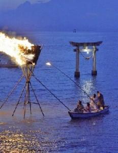 海上のかがり火から採火する巡幸舟=12日午後6時50分すぎ、宇城市不知火町(谷川剛) / くまにちコム