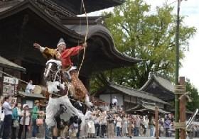 流鏑馬奉納、人馬一体に歓声 阿蘇神社で田実祭 / 熊本
