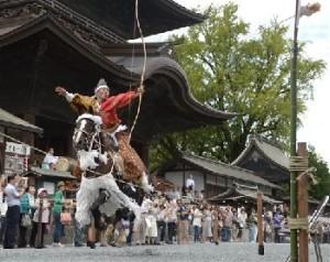 阿蘇神社の楼門前の参道で、勇壮に奉納された流鏑馬=25日午後、阿蘇市一の宮町(高見伸) / くまにちコム