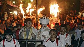たいまつ行列で狐の嫁入り 飛騨「きつね火まつり」 / 岐阜