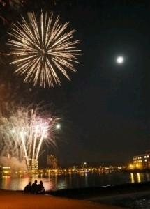 屋形船が浮かぶ三隈川の夜空では、月と花火が競演し、観光客や市民を魅了した(香川良海さん提供) / 西日本新聞