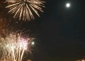 中秋の名月、花火と競演 日田、三隈川では船上観月祭 / 大分