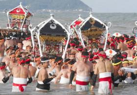 勇壮 大原はだか祭り 男衆3600人、みこし18基が海へ / 千葉