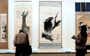 林の「大鷲図」(右から2番目)などが並ぶ会場=千葉市中央区で / 東京新聞