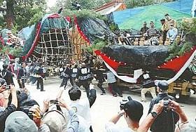 山車、豪快にぶつかり合い 安曇野・穂高神社で「御船祭り」 / 長野