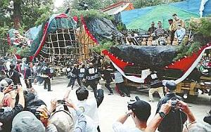 大きな山車が激しくぶつかり合う「御船祭り」=安曇野市の穂高神社で / 中日新聞