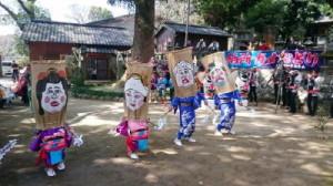 男女4人が恋の駆け引きをする様を表現したガメ踊り=唐津市肥前町納所の住吉神社 / 佐賀新聞