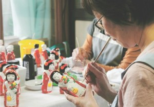 手作業で八橋人形を制作する「八橋人形伝承の会」のメンバー / 河北新報
