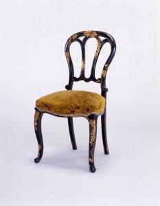 """「葡萄図蒔絵小椅子」フレームに漆塗り金蒔絵で葡萄の絵柄を施した小椅子。背の形から""""ダルマ椅子""""などと呼ばれる。(明治時代 間口450×奥行500×高さ905×座高475mm) / マイナビニュース"""