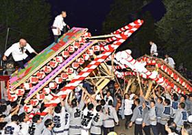 """熱気の屋台""""大激突"""" 福島・飯坂けんか祭り「宮入り」"""