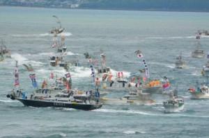 御座船を守るように漁船団が海を渡る「みあれ祭」の漁船パレード / 西日本新聞