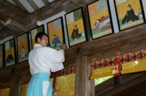 「みあれ祭」に合わせて拝殿に掲げられた「三十六歌仙図扁額」の複製 / 西日本新聞