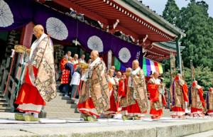 金襴の衣をまとった約100人の僧侶が大講堂の周囲をまわる大行道(4日午前11時すぎ、大津市・延暦寺) / 京都新聞