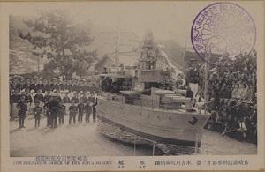 軍艦の曳物を披露する本古川町の絵はがき / 長崎新聞