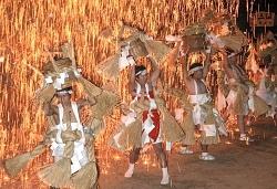 火の粉浴び、若者勇壮に 飯田の神社で「裸祭り」 / 長野
