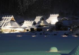 国の重要伝統的建造物群保存地区で冬の絶景イベント 美山かやぶきの里 「一斉放水」と「雪灯廊(ゆきとうろう)」